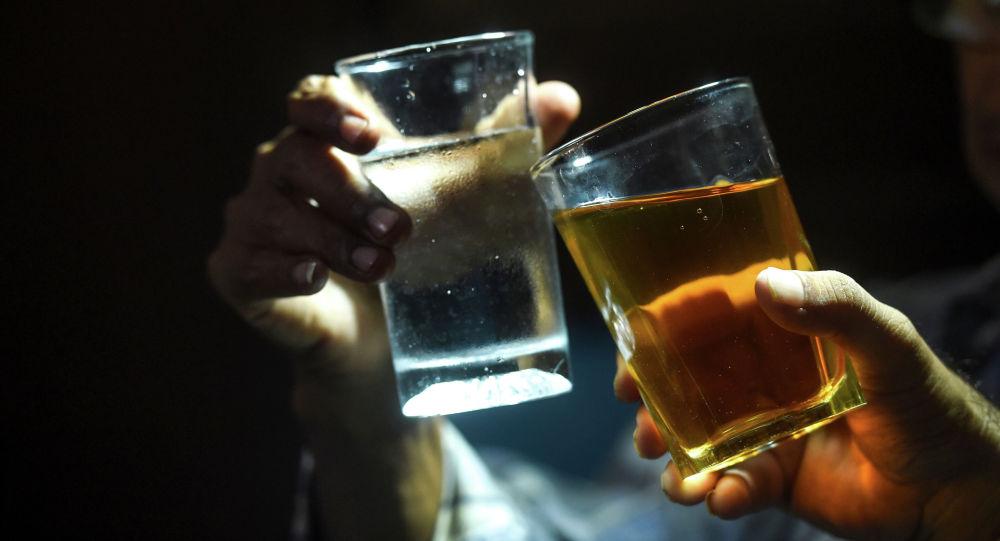 Алкоголдук ичимдиктер менен эркектер. Архив