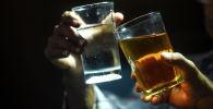 Мужчины распивают алкогольные напитки. Архивное фото