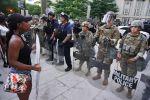 Военная полиция США и участники акции протеста против полицейского насилия у Белого дома в Вашингтоне. Архивное фото