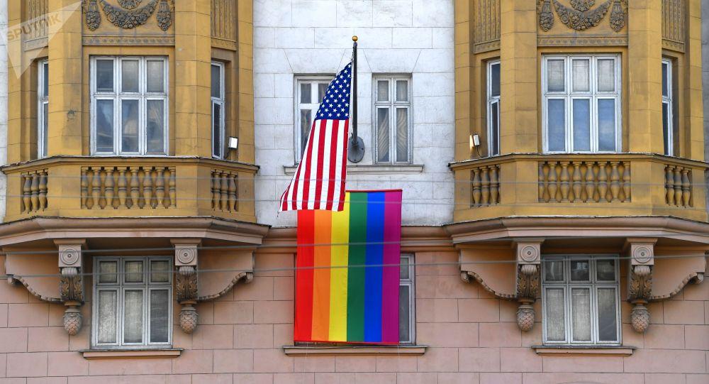 Флаг ЛГБТ-сообщества на здании посольства США в Москве.