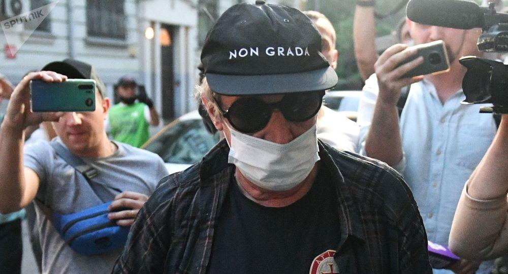 Актер Михаил Ефремов во время возвращения после допроса по делу о ДТП. Архивное фото