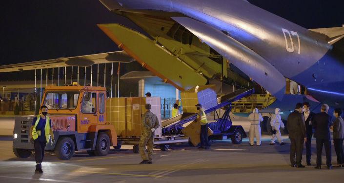 Передача гуманитарного груза Узбекистаном Кыргызстану