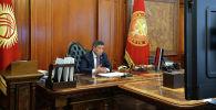 Президент Сооронбай Жээнбеков саламаттыкты сактоо министри Сабиржан Абдикаримов менен онлайн кеңешме өткөрүп, коронавирус боюнча учурдагы абалды талкуулаган