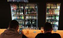 Посетители бара пьют пиво. Архивное фото