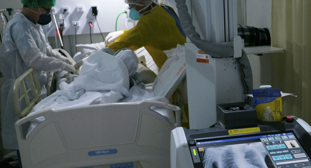 Работники здравоохранения осматривают пациента. Архивное фото