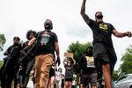 Протестующие и вооруженные члены Новой Черной Пантеры маршируют по улицам в среду, 3 июня 2020 года, в Декейтер, штат Джорджия.