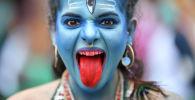 Бразилиядагы карнавалга катышкан аял. Архив