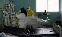 Медики в отделении интенсивной терапии больницы. Архивное фото