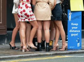 Девушки возле бара в Манчестере (Англия) после ослабления карантинных мер