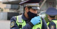 Сотрудник патрульной службы милиции Бишкека во время разговора по рации