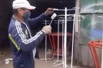 Бишкектин коммуналдык кызматтары асма укол коюуга штативдерди жана бүгүлмө тосмолорду жасап жатат. Алар борбор калаада ачылган күндүзгү стационарларда колдонулат.