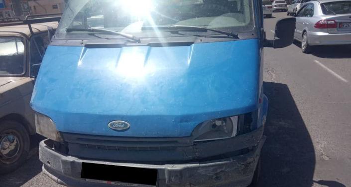 Бус Ford Transit за которым автоинспекторы гнались от Александровки до Бишкека