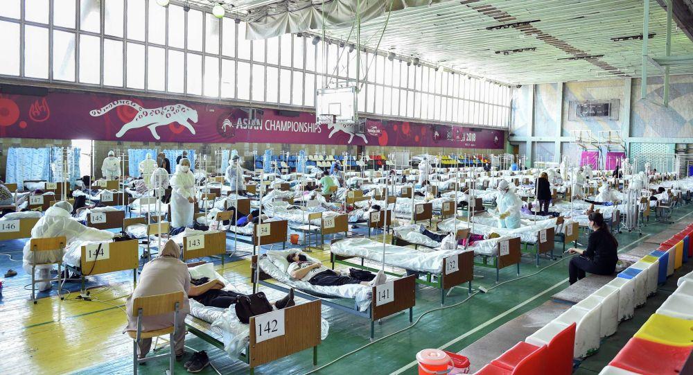 Работа одного из дневных стационаров в Бишкеке, организованного в одном из спортзалов Бишкека. Архивное фото