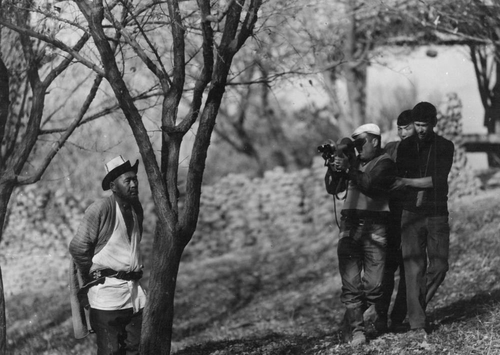 Актёр Насыр Кытаев, оператор Марлес Туратбеков жана киночулардын тасма тартуу учуру