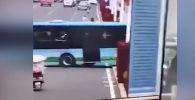 На видео попало, как автобус свернул с полосы, снес ограждение и съехал в реку. В нем было несколько десятков пассажиров.