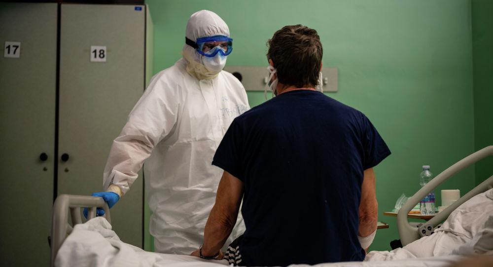 Доктор разговаривает с пациентом. Архивное фото