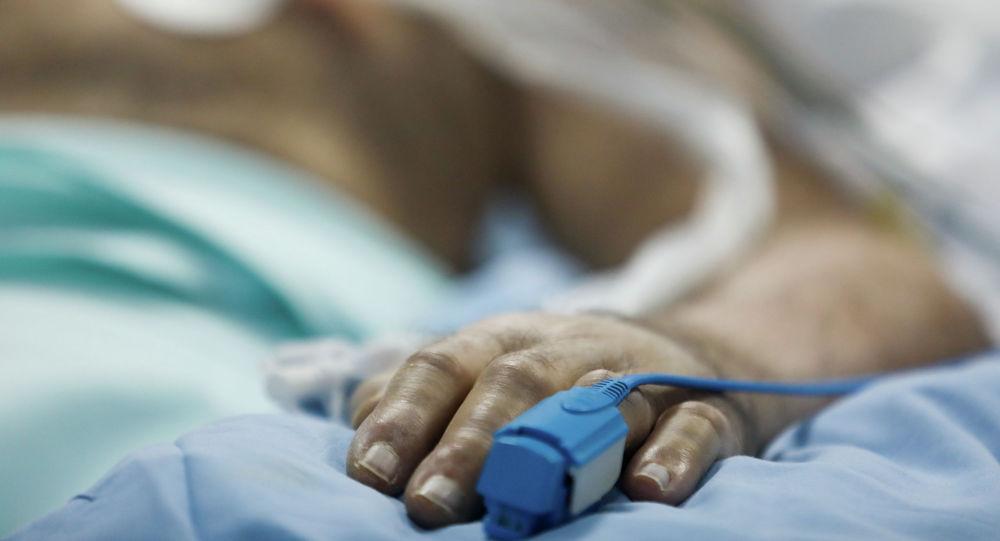 Пульсовой оксиметр помещают на руку пациента в отделении интенсивной терапии (ICU) больницы в Сотирии во время вспышки коронавирусной болезни (COVID-19) в Афинах. Греция, 7 апреля 2020 года