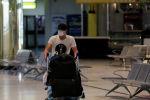 Аэропорттогу жүргүнчү. Архивдик сүрөт