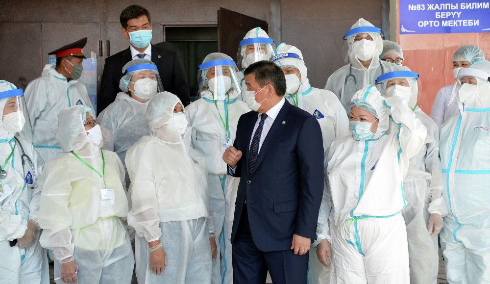 Президент КР Сооронбай Жээнбеков посетил дневной стационар в Бишкеке, где гражданам оказывают первичную медицинскую помощь