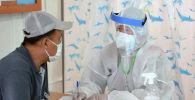 Медик и посетитель одного из дневных стационаров в Бишкеке