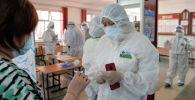 Медик консультирует посетителя одного из дневных стационаров в Бишкеке. Архивное фото