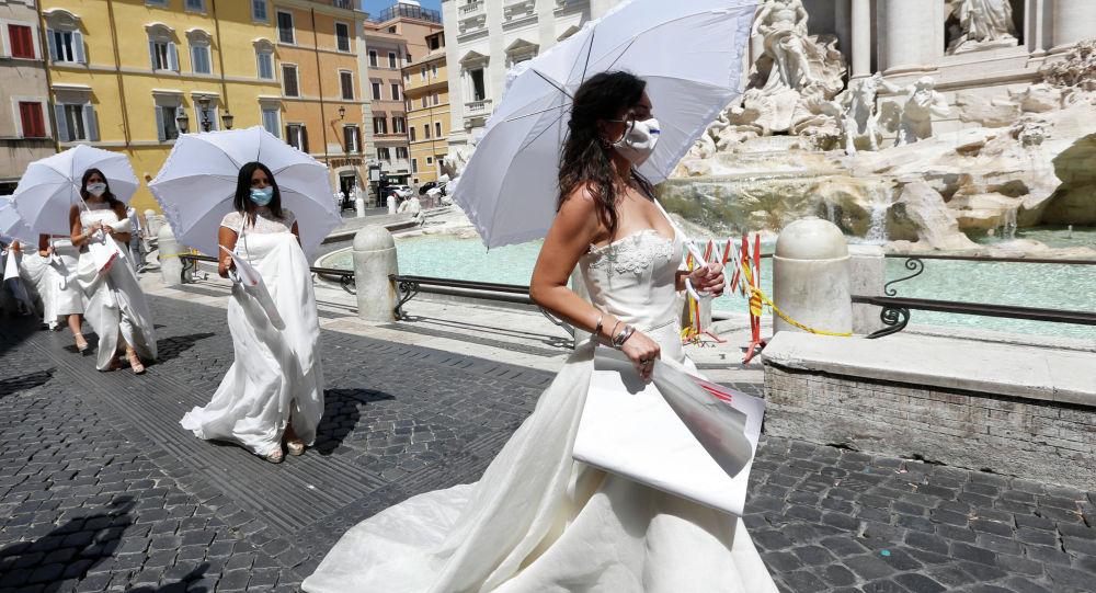 Пятнадцать невест, чьи свадебные церемонии были отложены из-за пандемии коронавируса, устроили акцию протеста в Италии, у фонтана Треви в центре Рима
