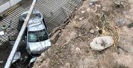 Бишкекте Toyota Camry тосмону сүзүп, чуңкурга түшүп кетти