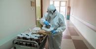 Врач больницы разносит обеды. Архивное фото