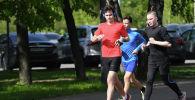 Молодые люди во время пробежки в парке. Архивное фото