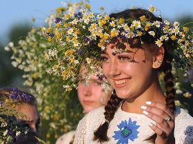 Девушки на празднике Ивана Купалы на берегу залива Припяти в белорусском Турове