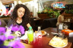 Девушка в летнем кафе. Архивное фото