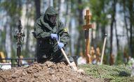 Похороны умершего от коронавируса на кладбище. Архивное фото