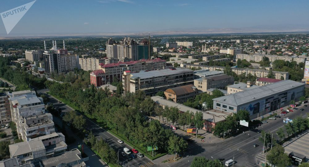 Вид с высоты на жилые дома на пересечение улиц Правды и Чуй