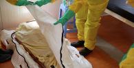 Медики забирает тело пациента, который только что умер от пневмонии. Архивное фото