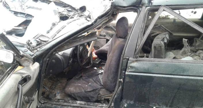 Последствия ДТП на автодороге Балыкчи-Кочкор, где столкнулись легковойо автомобиль Volkswagen Passat и грузовик Shacman